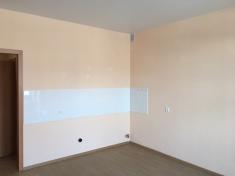 В квартире есть кухонная зона, выполнен фартук