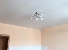 Во всей квартире сделаны натяжные потолки, установлены приборы освещения