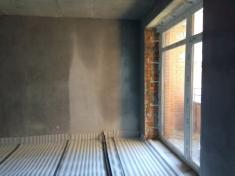 В 10 секции штукатурят стены и прокладывают инженерные коммуникации