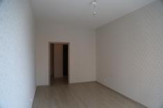В комнате наклеены обои, постелен ламинат, сделан натяжной потолок