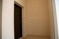 В квартире установлена качественная стальная дверь, рядом со входом есть место под встроенный шкаф