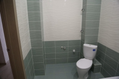В ванной установлена сантехника, есть место под стиральную машину