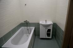В противоположном углу установлены ванная и раковина