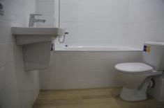 Установлены раковина, унитаз и ванная