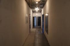 В местах общего пользования в 10 секции подготовлены под покраску стены, рабочие кладут керамогранит