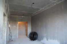 В лифтовом холле 13 секции оштукатурены стены и выполнена стяжка пола