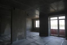 В квартирах 13 секции оштукатурены стены, скоро будут заливать стяжку пола