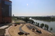 Техника подготавливает основание под спортивные площадки и прогулочные дорожки вдоль реки