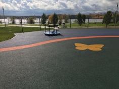 Здесь также уложено разноцветное резиновое покрытие, установлены детские городки