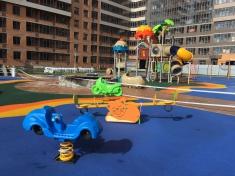Во дворе завершается установка детского городка