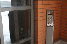 На входе установлен домофон