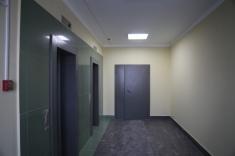 На верхних этажах в лифтовых холлах покрашены стены и уложен керамогранит