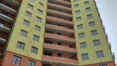 В 15 секции монтируют утеплитель на фасаде