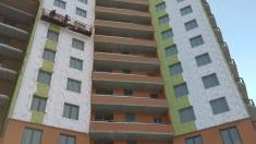 На фасад 15 секции монтируют изоляцию поверх утеплителя