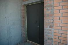 Началась установка дверей