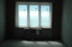 Идёт установка защиты на окна и радиаторы для выполнения отделочных внутренних работ