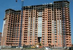 Ведутся работы по строительству последних этажей